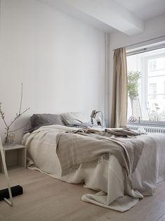 Sovrum i beiga toner