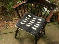 handwoven chair mat / kurashiki notting Chair Mats, Punch Needle, Art Inspo, Hand Weaving, Stool, Rugs, Wall, Furniture, Home Decor
