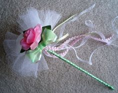 Ideas for flowers girl wand party favors Flower Girl Wand, Flower Girl Bouquet, Flower Girl Basket, Flower Girls, Wedding Wands, Diy Wedding Flowers, Ribbon Crafts, Flower Crafts, Fairy Tea Parties