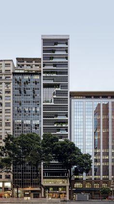 A reformulação à qual foi submetida a torre de 21 andares na Avenida Rio Branco, 12, no Centro do Rio de Janeiro, seguiu o projeto do escritório franco-brasileiro Triptyque. #revistaPROJETO #edição431