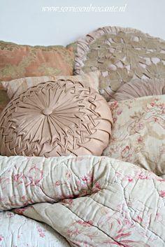 Servies en Brocante. Antique French quilt, round silk buttoned cushion