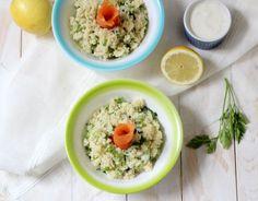 Il bulgur con erbe aromatiche, salmone affumicato e salsa allo yogurt è un piatto fresco, delizioso!