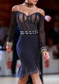 Latin dance dress wit a feel. Latin Ballroom Dresses, Ballroom Dancing, Baile Latino, Salsa Dancing, Belly Dance Costumes, Dance Fashion, Skating Dresses, Dance Wear, Designer Dresses