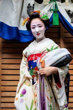 初寄りの日。 屋形へお帰りになる多麻さんのご一行です。   多麻さんの舞妓の皆さんが井上邸からお帰りです。 先頭はまめ藤さん。恵里葉さんの襟替え...