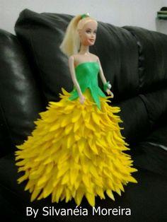 Boneca tipo Barbie com roupa de pétalas de flores em EVA.