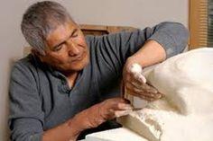 El Escultor Michael Naranjo es un escultor ciego y su técnica es el moldeado de arcilla. Lo elegí porque a pesar de su ceguera es bastante conocido por sus esculturas.Y pienso que es bonito ejemplo para hacernos reflexionar que tenemos mas sentidos como es el tacto y poder desarrollar para crear cosas hermosas como una escultura.
