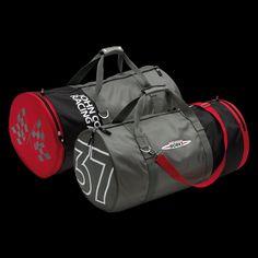 John Cooper Works 37 Bag: In sportlicher Boxsack-Optik und mit breitem Schultergurt. JCW Logo Druck auf Außenseite.