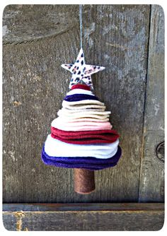 I'd make this with mostly green felt, maybe the odd layer of red - does Hobbycraft sell gold felt. Maybe at Christmas! - Also maybe foam would do! Patriotic Crafts, Felt Crafts, Christmas Crafts, Christmas Decorations, Christmas Cooking, Christmas Ideas, Felt Tree, Trash Bag, Xmas