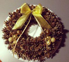 Wianek Bożonarodzeniowy na drzwi, wykonany ze 150 sztuk szyszek sosnowych i modrzewiowych.