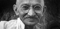 Tout le monde connait Mahatma Gandhi, l'homme qui a conduit l'Inde à l'indépendance en 1947. Mais plus qu'un politicien, c'était un homme très spirituel dont les enseignements sont citésjusqu'ànos jours. Voici 10 citations de Gandhi pour changer et changer le monde autour de nous : 1. Changez qui vous êtes. « Vous devez être le ...