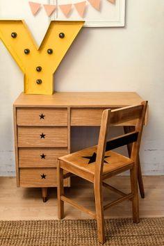 icône peint sur petite chaise de bois