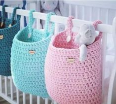Achei super prática a idéia da colega do ig Pracownia Shekoku We are want to say thanks if you like to share this post t Crochet bag for baby nursery. pink and aqua crochet crib baskets These are darling little baskets Knitting Patterns Gifts 3 Tier Cro Crochet Diy, Crochet Storage, Crochet Gratis, Crochet Amigurumi, Crochet Home Decor, Crochet For Kids, Crochet Ideas, Things To Crochet, Crochet Baby Toys