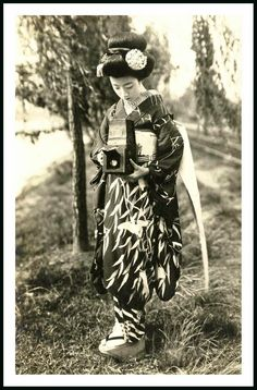 VINTAGE PHOTOGRAPHY: Maiko Hatsuko and Her Camera 1920
