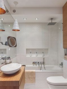 kleines Bad in Weiß und Holztönen - 3D Wandfliesen