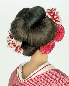 日本髪を思わせるシニヨンスタイルでクラシック&モダンに/Back Up Hairstyles, Pretty Hairstyles, Wedding Hairstyles, Pretty Updos, Geisha Hair, Traditional Hairstyle, Wedding Headdress, Wedding Kimono, Hair Arrange