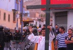 Un cura valiente toma la cruz y se planta entre manifestantes agresivos y la policía antidisturbios - ReL