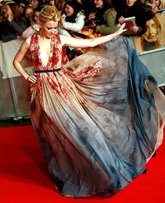 Elizabeth Banks floated down the carpet in an Elie Saab masterpiece at the London premiere of Mockingjay on Nov. 10.
