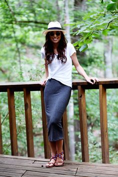Love this effortless look with a form-fitting midi skirt. So simple and so chic!