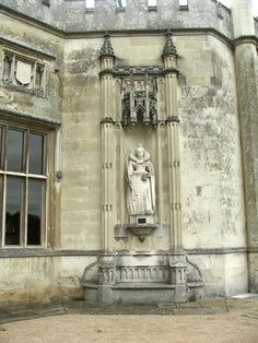 Queen Elizabeth I Statue – A replica statue of Queen Elizabeth I who once owned Ashridge House and spent time here in her early life. www.ashridge.org.uk