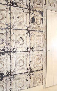 パリのライフスタイル・ショップ『merci(メルシ)』とNLXL社がコラボししたティンタイル柄壁紙。張るだけでビンテージ感のあるモロッカンテ…