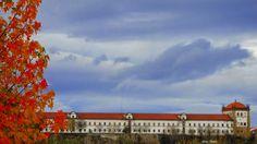 Foto: Mosteiro de Santa Clara-a-Nova - Coimbra  O Mosteiro de Santa Clara-a-Nova, popularmente referido como Convento da Rainha Santa Isabel, localiza-se na freguesia de Santa Clara na cidade, concelho e distrito de Coimbra, em Portugal.  Foi erguido no século XVII em substituição ao antigo mosteiro medieval de Santa Clara-a-Velha, vítima das inundações periódicas do rio Mondego. Era um verdadeiro mosteiro de clausura franciscana e não um simples convento.  Constitui-se em um importante…