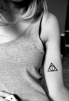 Tatuajes femeninos, tatuajes minimalistas, tatuajes pequeños, tatuajes para mujeres, tatuajes femeninos delicados, tatuajes bonitos, tatuajes inspiradores, tatuajes de harry potter Deathly Hallows Tattoo, Tattoos, Small Tats, Cute Tattoos, Feminine Tattoos, Harry Potter Tattoos, Inspiring Tattoos, Minimalist Tattoos, Feminine