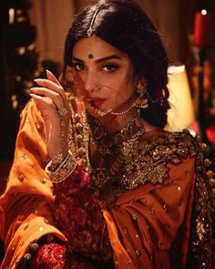 The latest Indian saree designs look-book is here! Take a look at some of the most amazing and new-age styles of draping your regular saree like a diva! Indian Bridal Outfits, Indian Bridal Fashion, Indian Dresses, Indian Bridal Jewelry, Indian Wedding Makeup, Indian Makeup, Mode Bollywood, Bollywood Fashion, Bollywood Saree