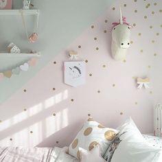 """• quartinho fofo! Na """"pegada"""" geometric wall + gold polka dot! quem amou? via @_harlowsworld_ #apto41inspira #apto41kidsroom #apto41kids #kidsroom #kids #geometricwall #geometric #goldpolkadot #polkadot #dot #golddot"""