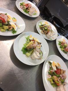 Katkarapusalaattien valmistusta Fresh Rolls, Tacos, Mexican, Ethnic Recipes, Food, Essen, Meals, Yemek, Mexicans