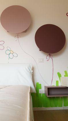 Disegni a parete per la piccola Ginevra, bella come una farfalla, circondata dall' amore, simboleggiato dalle margherite.... da oggi saranno compagne dei  suoi dolci sogni, con l' augurio che sempre possano essere compagne della sua vita. Colori acrilici by Annalisa Tombesi.