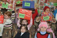 Glücklich und stolz heben die Kinder ihre Geschenke in die Höhe. Dies wird gewiss auch dieses Jahr in Moldawien nicht anders sein!