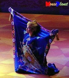 Up close picture of the magic carpet costume.note that there's a hole for the hands to stick out. The tassel of the carpet as a head piece, style of the actual carpet has plenty of Middle Eastern style and patterns. Aladdin Show, Aladdin Play, Aladdin Musical, Aladdin Halloween, Aladdin Costume, Disney Costumes, Aladdin Magic Carpet, Arabian Party, Beauty And The Beast Costume