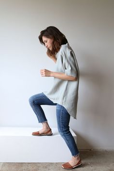 Sandals Summer Hackwith Design House // Linen Connolly Top - There is nothing more comfortable and cool to wear on your feet during the heat season than some flat sandals. Looks Style, Style Me, Streetwear, Looks Jeans, Casual Outfits, Cute Outfits, Party Outfits, Grunge Outfits, Winter Outfits