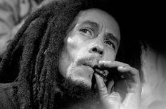 Notável defensor da cultura canábica, Bob Marley manifestou seu apoio à luta pela legalização da maconha seja nas canções que fizeram sucesso em todo o mundo, seja pregando os valores da religião rastafári. Passados 30 anos de sua morte, o nome do cantor batizará a primeira empresa global de comercialização da erva que terá sede em Seatle, nos Estados Unidos.