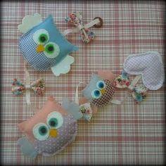 Móbile de corujinhas em feltro e detalhes em tecido, costurados a mão. Pode ser confeccionado na cor desejada. R$ 30,00