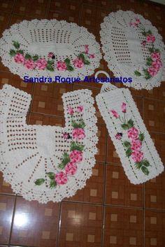 Feito a mão, barbante, flores e folhas fio camila e bordados  Produto sob encomenda Frete por conta do comprador Pode ser feito em outras cores R$ 90,00