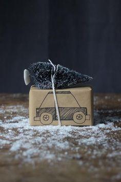 Det fins mängder av tips & ideér på hur man kan slå in sina julgåvor, om man nu gillar att pyssla och kreera, vilket jag älskar. Så här ko...
