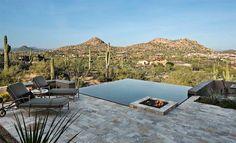 A piscina de borda infinita normalmente se funde à paisagem, fazendo tudo parecer uma coisa só. Por isso, dá uma sensação de amplitude e charme, devido ao transbordamento em uma ou mais das laterais.