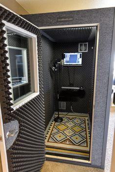 Portable home studio design. Music Studio Decor, Home Recording Studio Setup, Home Studio Setup, Studio Desk, Home Studio Music, Studio Interior, Recording Booth, Garage Studio, House Music