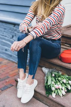 Spring outfit ideas / White sneakers and skinny jeans Jess Ann Kirby Jeans Und Sneakers, White Sneakers Outfit, Tennis Shoes Outfit, Sneakers Fashion, Allbirds Shoes, Sneakers Women, Sneaker Outfits, Spring Summer, Hello Spring