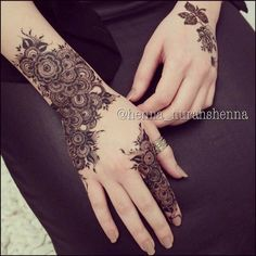 WOW such a beautiful and amazing henna design my favourite love it looks soo beautiful. Modern Mehndi Designs, Mehndi Design Pictures, Mehndi Designs For Hands, Bridal Mehndi Designs, Mehndi Images, Henna Body Art, Henna Art, Hand Henna, Arabic Henna