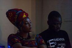 """Hortense Mbuyi e Ptichou Luambo durante a projeção do documentário """"Sangue no celular"""""""