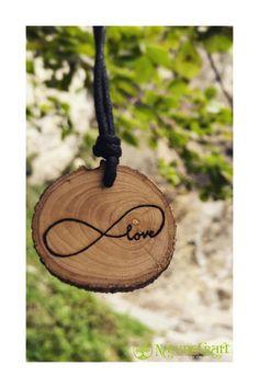 deine persönliche Wunschgravur auf einer Kette von NatureCraft // und so gehts: Besuche unseren Onlineshop & wähle ein Motiv // Entscheide dich für eine Holzart & verrate uns deine Wunschgravur //  3 einfache Schritte zur perfekten, individuellen Holz-Halskette (vegan, umweltfreundlich, naturbelassen & von handgefertigt in Tirol)  // Schau gerne im Onlineshop vorbei www.naturecraft-tyrol.com und hol dir dein Unikat von NatureCraft //  #holzschmuck #naturschmuck #wood Creative Crafts, Wood Burning, Afro, Vegan, Wood Necklace, Men Necklace, Carving Wood, Handmade, Wristlets