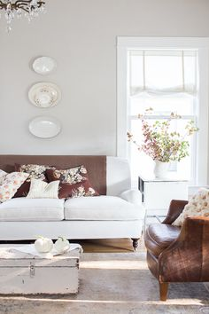 Neutral walls, floors, and furniture allow you to shift your interior world as the natural world around you turns to fall. neutral background makes decorating for every season easy Living Room White, New Living Room, Living Room Modern, Home And Living, Living Room Decor, Small Living, Sala Vintage, Vintage Sofa, Vintage Furniture