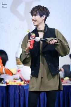 E as pessoas ainda insistem que esse bebê de dois aninhos é hyung do got7