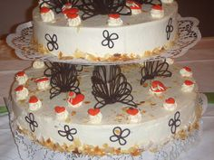 Sahnige Hochzeits-Torte mit schöner Schokoverzierung und Massa Ticino-Herzen.