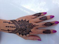 Das ornamentreiche Tattoo wirkt wie Schmuck auf der Haut
