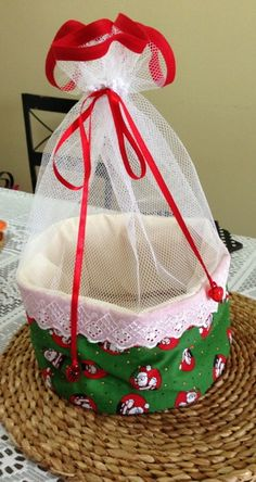 Porta pão de tecido ou porta panetone Christmas Projects, Christmas Diy, Christmas Ornaments, Handmade Christmas Gifts, Xmas Gifts, Sewing Hacks, Sewing Projects, Kitchen Kit, Sewing Rooms