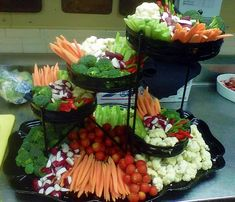 31 Fab Veggie Displays for Your Next Party . Catering Display, Catering Food, Wedding Catering, Catering Ideas, Veggie Cups, Veggie Tray, Vegetable Platters, Veggie Display, Buffet Set