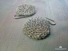 Pendientes con forma de disco tejidos en hilo de plata. EVACLEMENTE. Crochet Earrings, Jewelry, Earrings, Shapes, Silver, Tejidos, Jewlery, Jewerly, Schmuck